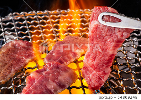 焼肉屋で肉を焼く 54809248