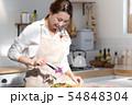 ボリュームサンドウィッチを作る女性 54848304
