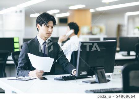 若いビジネスマン 54909664