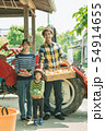 夫婦 人物 トラクターの写真 54914655