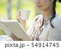 自然の中で読書をする女性 54914745