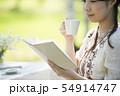 自然の中で読書をする女性 54914747