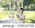 自然の中で読書をする女性 54914748