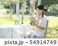 自然の中で読書をする女性 54914749