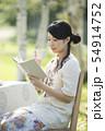 自然の中で読書をする女性 54914752
