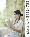 自然の中で読書をする女性 54914753