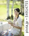 自然の中で読書をする女性 54914755