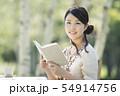 自然の中で読書をする女性 54914756