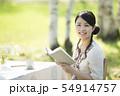 自然の中で読書をする女性 54914757