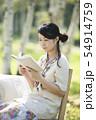 自然の中で読書をする女性 54914759
