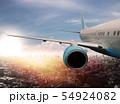 도시 위를 날고있는 비행기의 모습 54924082