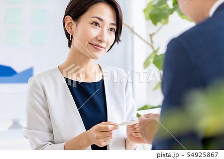 女性 ビジネス 名刺交換 54925867