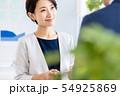 女性 ビジネス 名刺交換 54925869