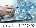 コンピューターのネットワークセキュリティ。ブロックチェーン技術。ノートパソコンを使う男性の手のアップ 54927492