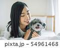 犬のいる暮らし 女性 54961468