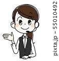 右手を広げる若い女性オペレーター 55010492