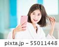 バスローブ 携帯電話 女性の写真 55011448