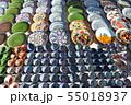 陶器の皿を売る路上のおみやげ店 55018937