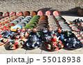 陶器の皿とティーポットを売る路上のおみやげ店 55018938