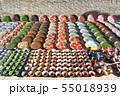 陶器の皿とティーポットを売る路上のおみやげ店 55018939