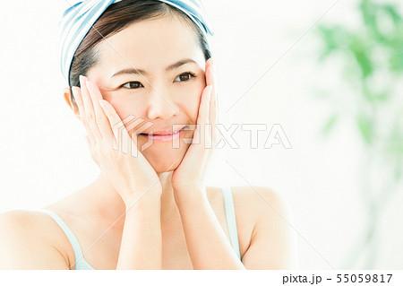 洗顔 クレンジング ビューティー 女性 スキンケア ビューティ 若い女性 美容 55059817