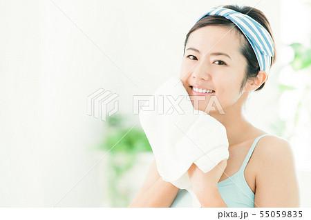 洗顔 クレンジング ビューティー 女性 スキンケア ビューティ 若い女性 美容 55059835