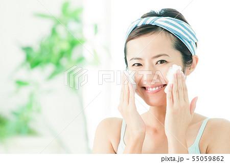 洗顔 クレンジング ビューティー 女性 スキンケア ビューティ 若い女性 美容 55059862