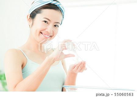 洗顔 クレンジング ビューティー 女性 スキンケア ビューティ 若い女性 美容 55060563