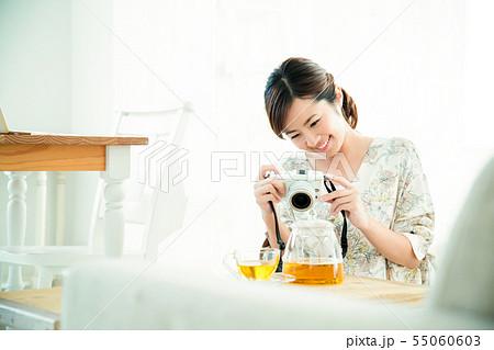 女性 若い女性 若い 笑顔 かわいい ライフスタイル きれい カジュアル 55060603