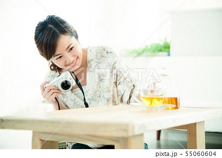 女性 若い女性 若い 笑顔 かわいい ライフスタイル きれい カジュアル 55060604