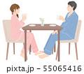 テーブルでお茶を飲む夫婦 55065416