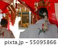神社で神楽舞いを奉納する巫女 55095866