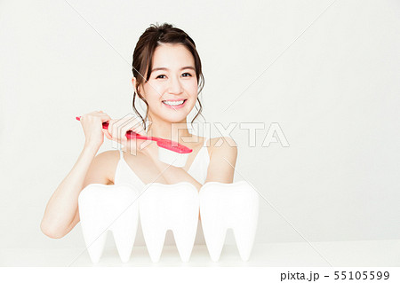 デンタル ホワイトニング オーラルケア ビューティー 女性 若い女性 美容 55105599