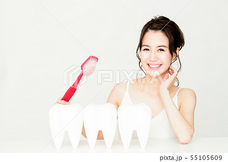 デンタル ホワイトニング オーラルケア ビューティー 女性 若い女性 美容 55105609