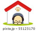 犬小屋で眠る犬 55123170