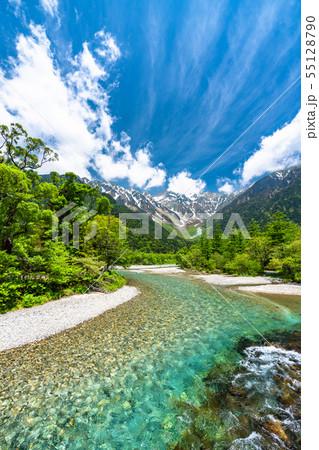 《長野県》新緑の上高地・岳沢と梓川 55128790