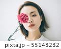 一輪の花と女の子 55143232