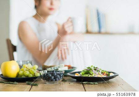 若い女性(食事) 55163978