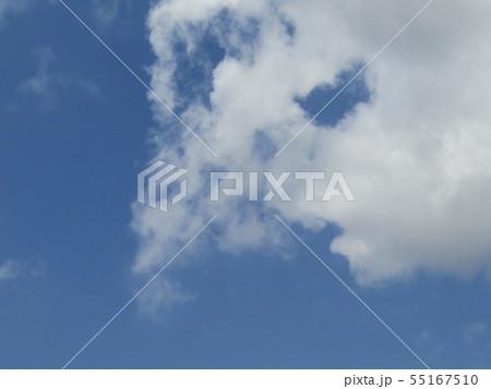 梅雨明けの青空と白い雲 55167510