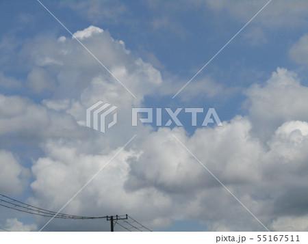梅雨明けの青空と白い雲 55167511