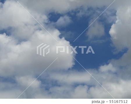 梅雨明けの青空と白い雲 55167512
