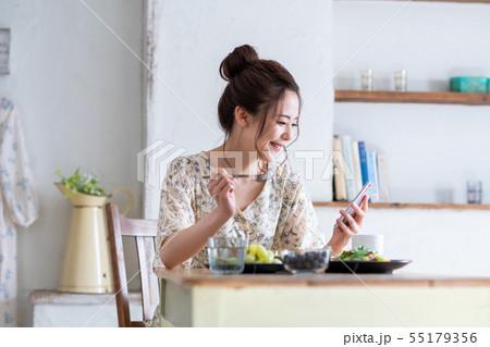 若い女性(スマホ) 55179356