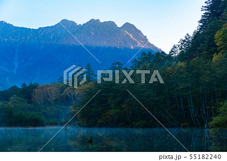 秋の上高地、朝もやのかかる大正池の夜明け 55182240