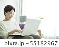 シニア 女性 ノートパソコンの写真 55182967