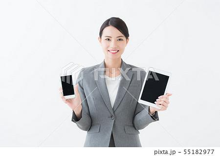 スマホとタブレットを持つ女性  55182977
