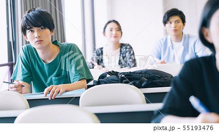 男性 大学生 勉強 撮影協力:恵泉女学園大学 55193476
