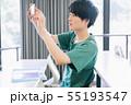 男性 大学生 スマホ 撮影協力:恵泉女学園大学 55193547