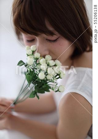 花を嗅ぐ女性 55206138