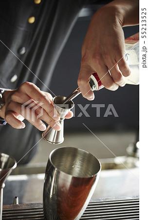 カクテルを作る男性 バーテンダー 55213525