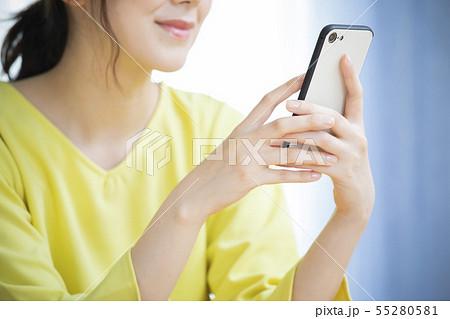 スマホを操作する女性 55280581